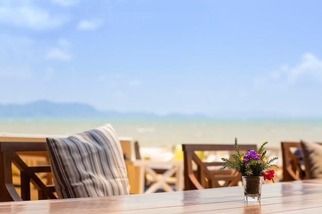 Table en bois à l'hôtel
