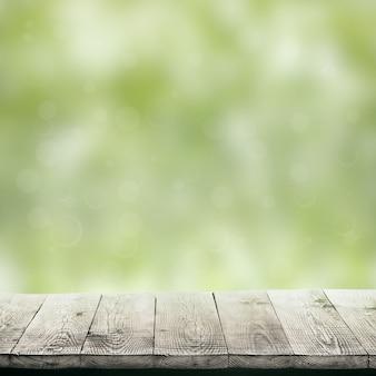 Table en bois isolée sur fond vert