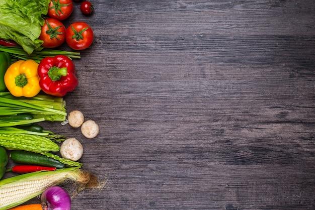 Table en bois avec des légumes