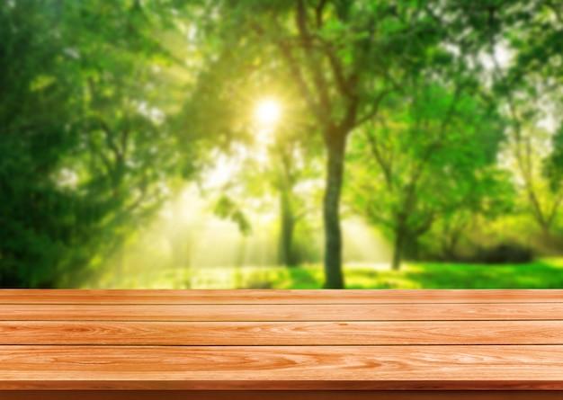 Table en bois marron en arrière-plan flou vert.