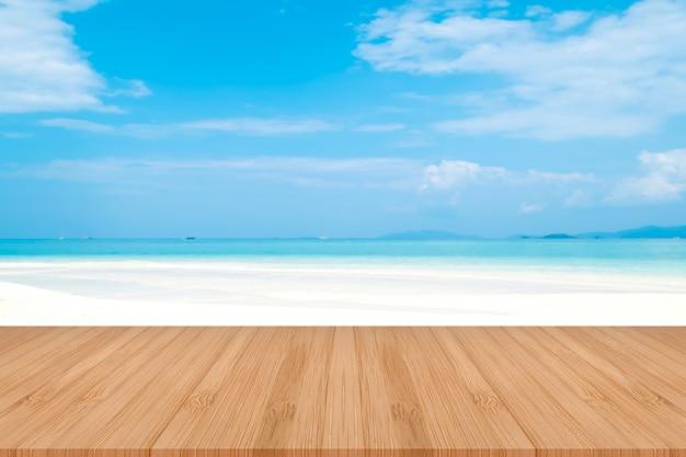 Table en bois marron perspective sur fond de mer flou. belle mer en thaïlande.