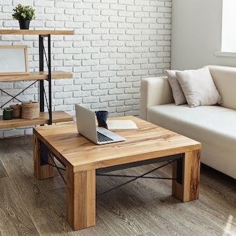 Table en bois moderne à l'intérieur du loft
