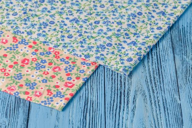 Table en bois avec nappe textile