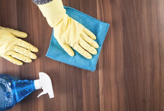 Table en bois de nettoyage à la main à la maison.