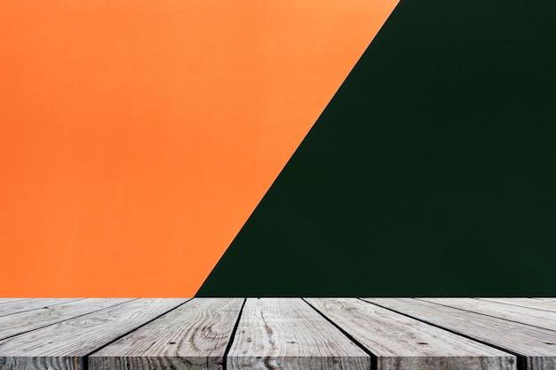 Table en bois sur orange et noir pour fond halloween