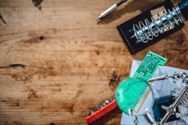 De table en bois avec des outils électriques