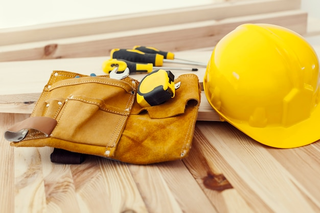 Table en bois avec outils de travail et casque