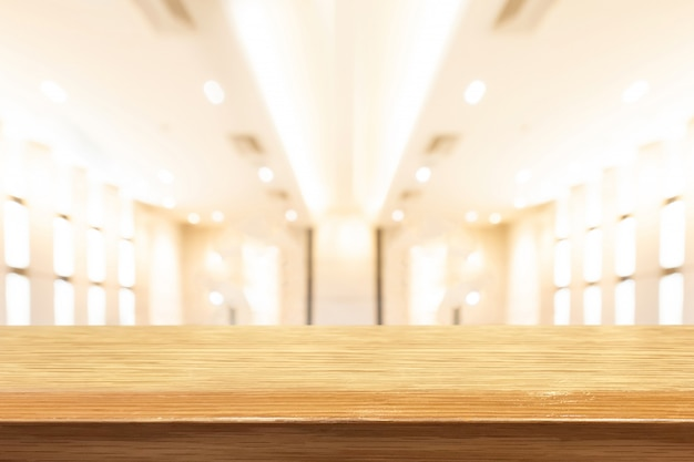Table en bois de perspective sur le dessus du flou fond naturel