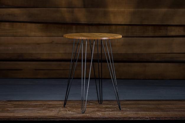 Table en bois avec pieds en métal avec un mur en bois