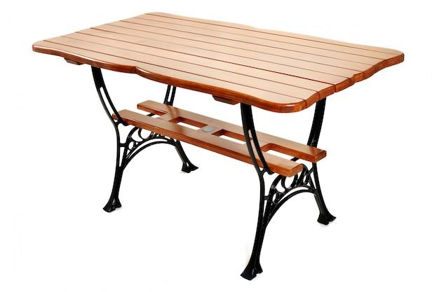 Table en bois avec pieds en métal noir isolé sur mur blanc