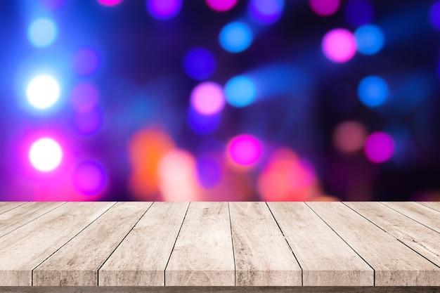 Table en bois ou plancher en bois avec arrière-plan flou de scène abstraite pour l'affichage du produit