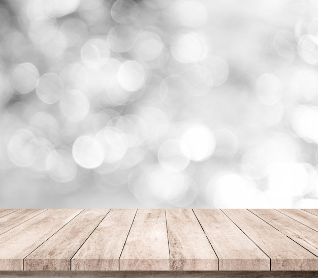 Table en bois ou plancher en bois avec fond abstrait bokeh blanc ou argent pour l'affichage du produit