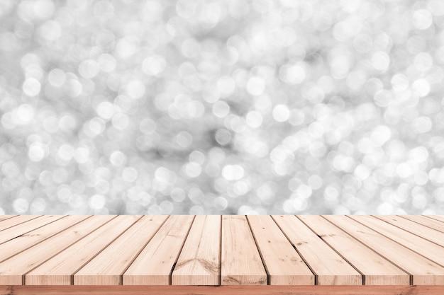 Table en bois ou plancher en bois avec fond abstrait bokeh blanc pour la présentation du produit