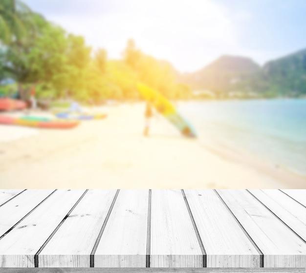 Table en bois ou plancher en bois avec fond de plage de paysage marin pour l'affichage du produit