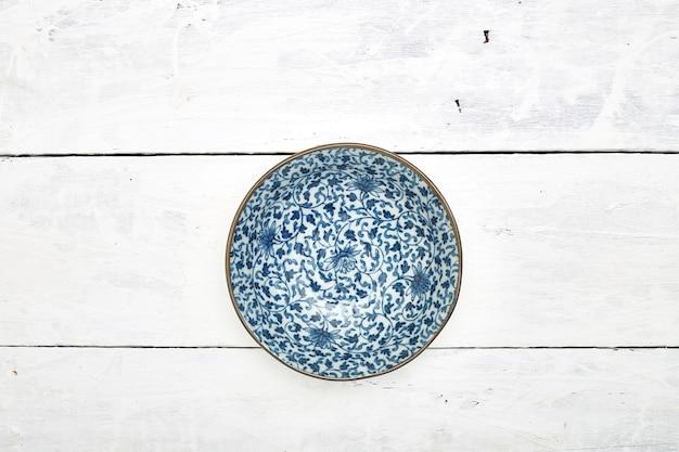 Table en bois plat en céramique vide