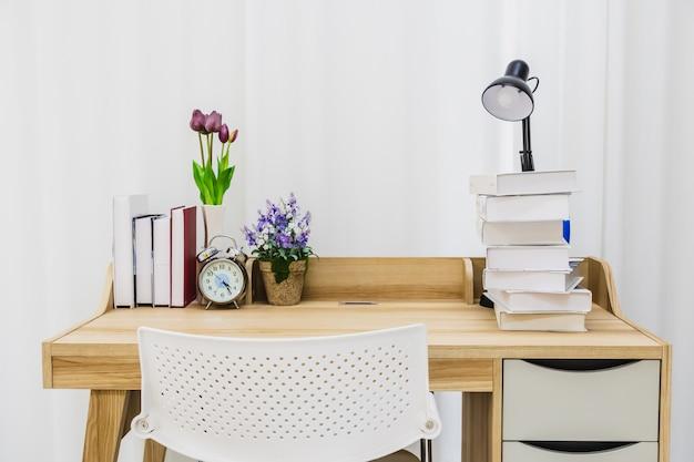 Une table en bois pour lire dans une salle blanche propre.