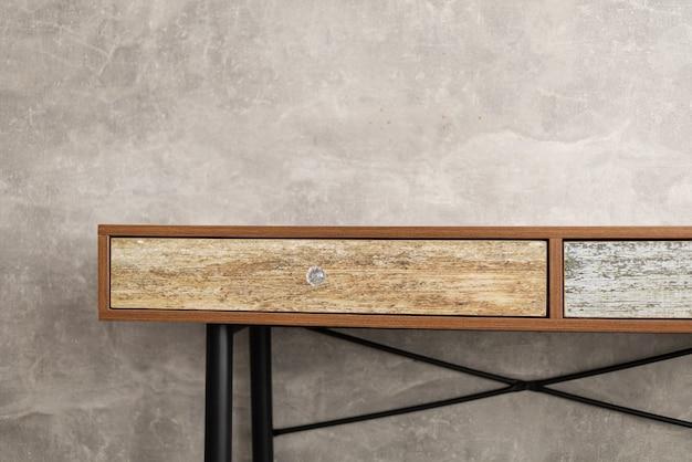 Table en bois près de la surface de texture de fond de mur gris