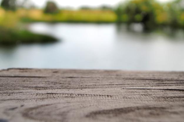 Table en bois et rizière avec le fond de la nature.