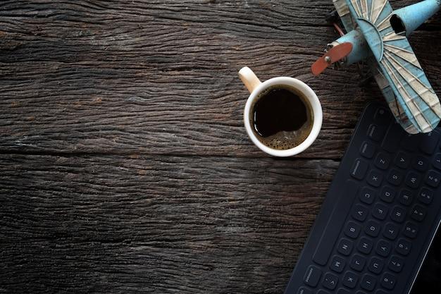 Table en bois rustique avec tasse à café, jouet vintage et espace de copie