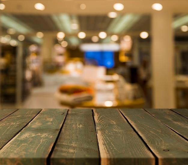 Table en bois avec une scène de restaurant floue