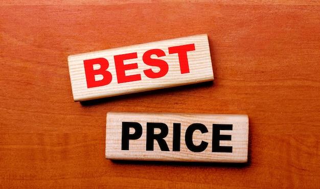 Sur une table en bois se trouvent deux blocs de bois avec le texte meilleur prix