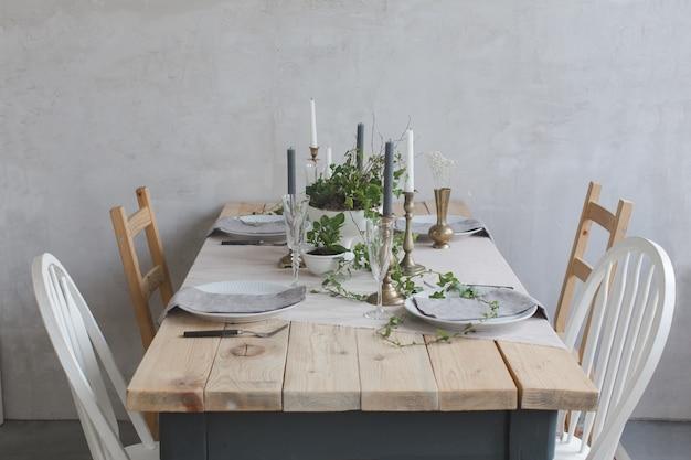Table en bois servie à décor de fleurs et de lierre
