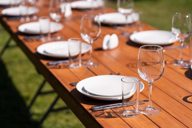 Table en bois servie sans nappe. café dans le parc en plein air