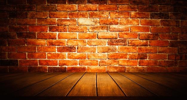 Table en bois sombre sur fond de mur de ciment de brique