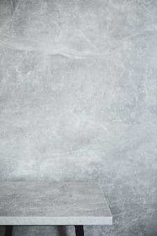 Table en bois et surface de texture de fond de mur gris