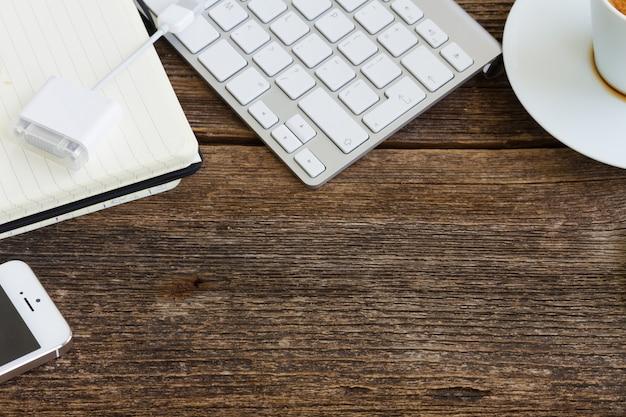 Table en bois de travail avec espace vide et cadre d'appareils