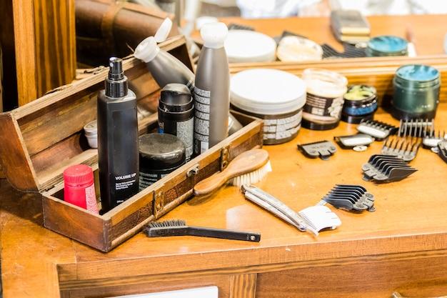 Table en bois avec des ustensiles de rasage dans un salon de coiffure