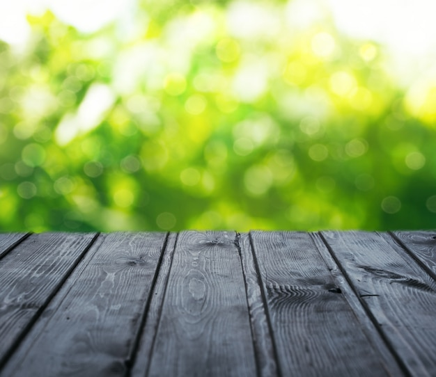 Table en bois vide et arbres à l'arrière