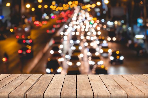 Table en bois vide sur l'arrière-plan flou bokeh trafic