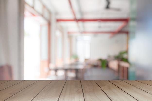 La table en bois vide et l'arrière-plan flou