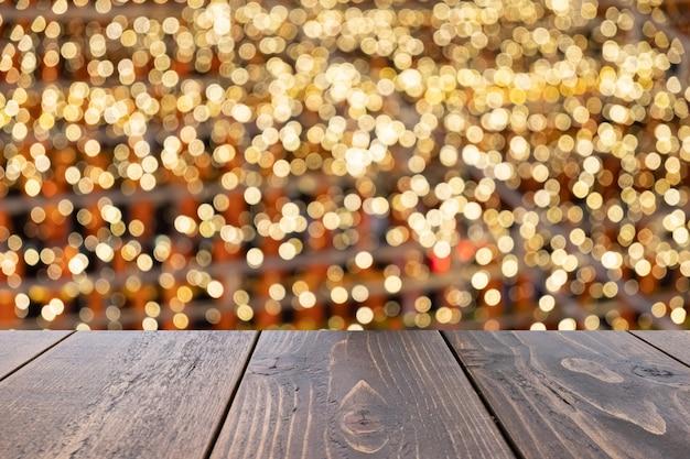 Table en bois vide de brun sur le flou fond coloré avant