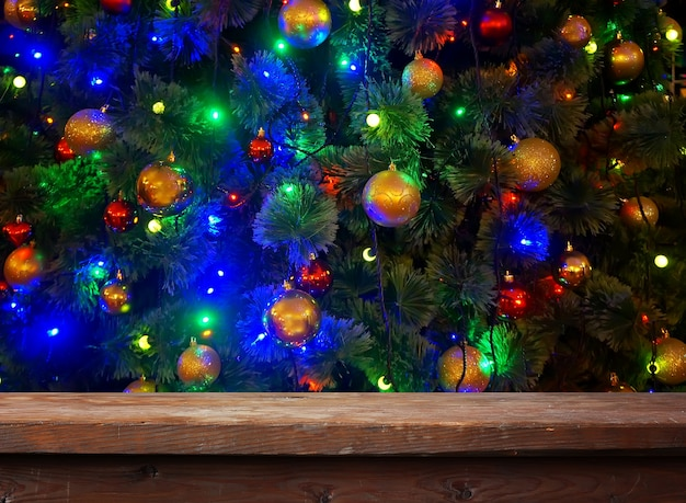 Table en bois vide avec décoration de boule de noël