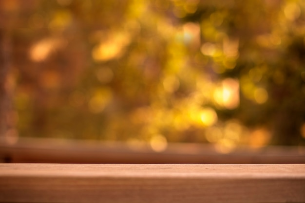 Table en bois vide devant l'arrière-plan flou