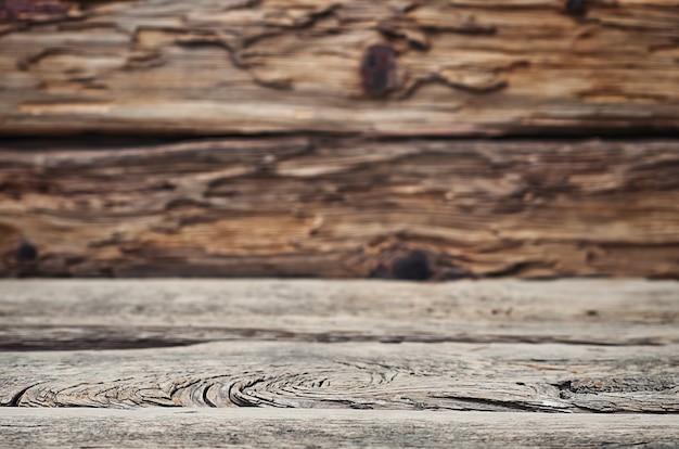 Table en bois vide devant un arrière-plan flou.