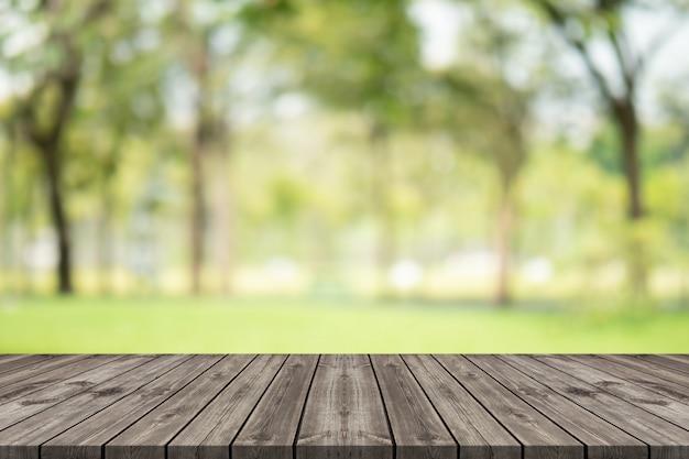 Table en bois vide sur l'espace de copie floue