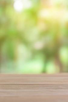 Table en bois vide avec fond clair vert flou.