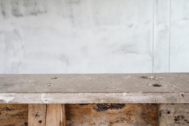 Table en bois vide avec fond de mur blanc