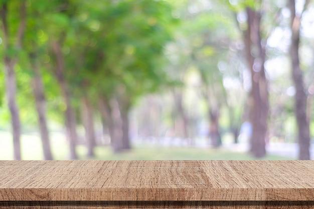 Table en bois vide sur fond de nature floue parc