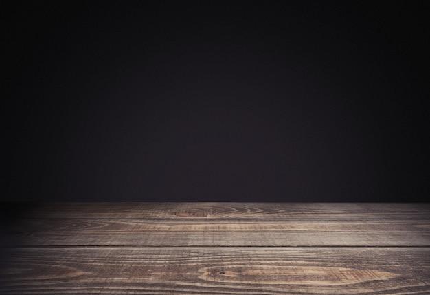 Table en bois vide sur fond noir