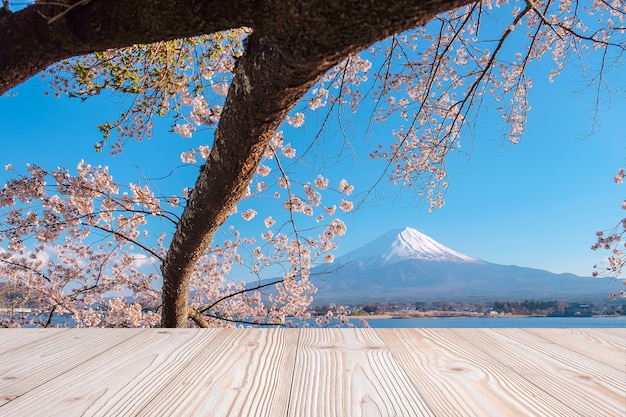 Table en bois vide avec montagne fuji et beau fond de fleur de fleur de cerisier rose au printemps