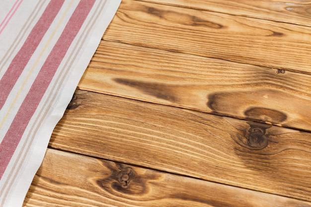 Avec une table en bois vide avec nappe