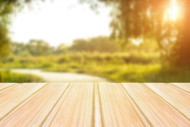 Table en bois vide avec parc de la ville floue sur le fond. concept fête, produits, printemps