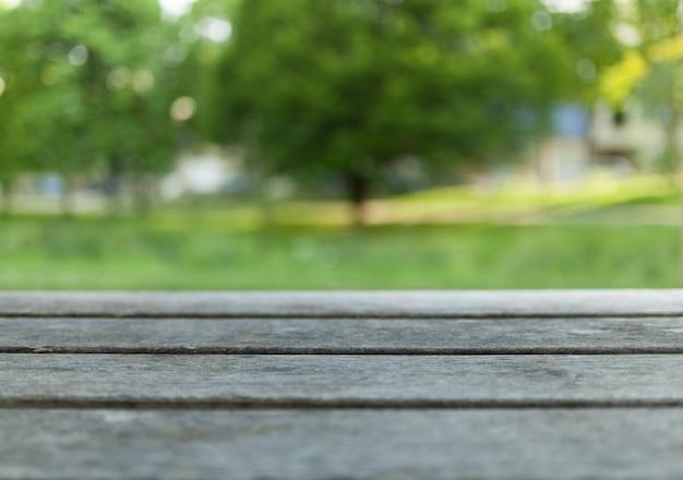 Table en bois vide avec parc de la ville floue sur fond