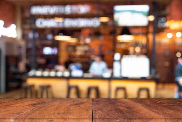 Table en bois vide pour le produit actuel sur un café ou un bar à boissons gazeuses