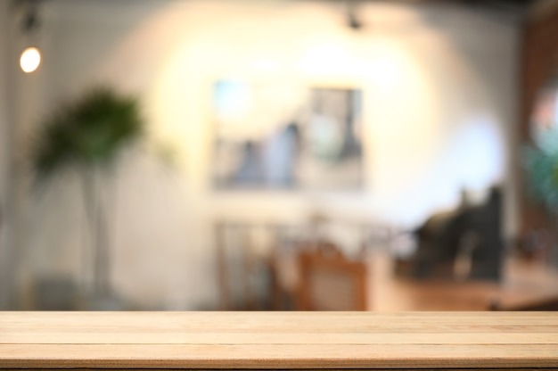 Table en bois vide avec salon flou en arrière-plan. copiez l'espace pour votre message texte ou le contenu de l'information.