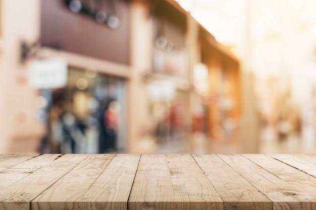 Table en bois vide et ton vintage flou défocalisé des foules de gens au festival de la rue à pied